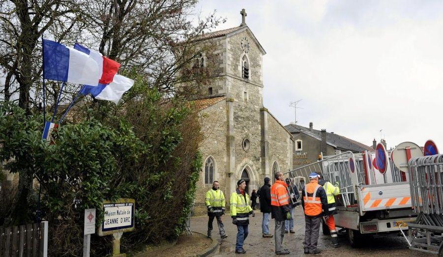 La veille de la visite de Nicolas Sarkozy, des employés ont installé des barrières près de la maison où Jeanne d'Arc a vu le jour en 1412.