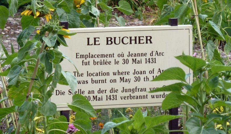 """A Rouen, une plaque commémorative rappelle le destin tragique de la jeune femme brûlée vive en 1431, à seulement 19 ans. """"Il n'y a pas d'avenir pour un pays qui ne sait pas se souvenir"""", a souligné, ce vendredi, Nicolas Sarkozy."""
