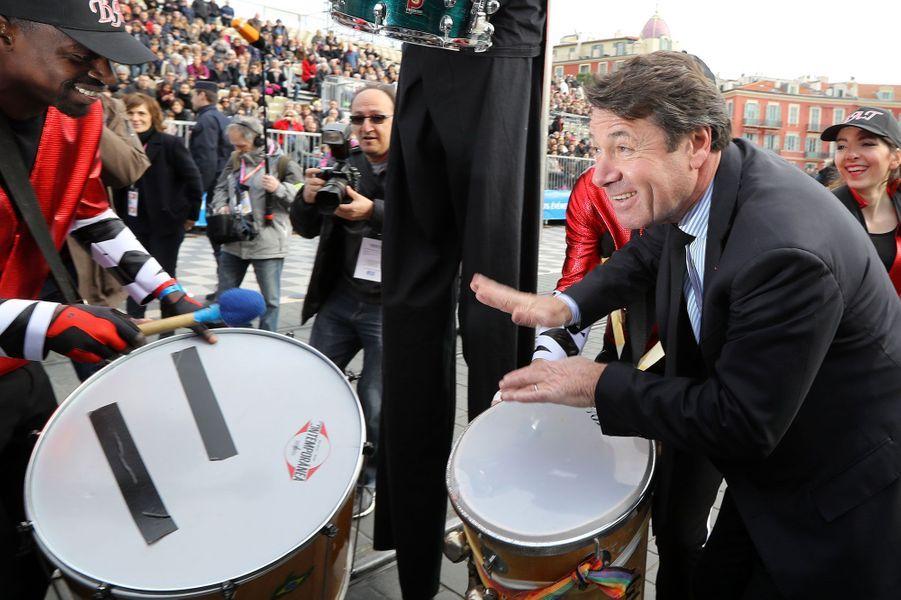 Christian Estrosi garde le rythme au carnaval de Nice.