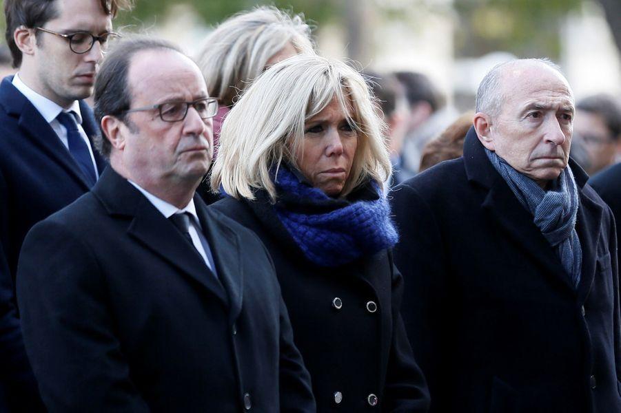 François Hollande,Brigitte Macron et Gérard Collomb lors de la cérémonie devant Le Bataclan.