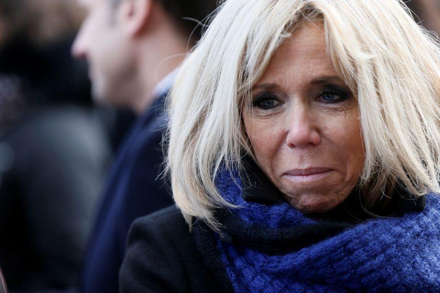 Brigitte Macron salue les familles des victimes du 13 novembre lors de la cérémonie devant Le Bataclan.
