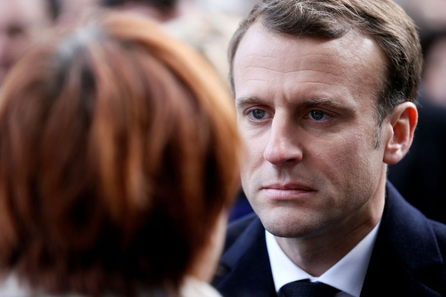 Emmanuel Macron salue les familles des victimes du 13 novembre lors de la cérémonie devant Le Bataclan.