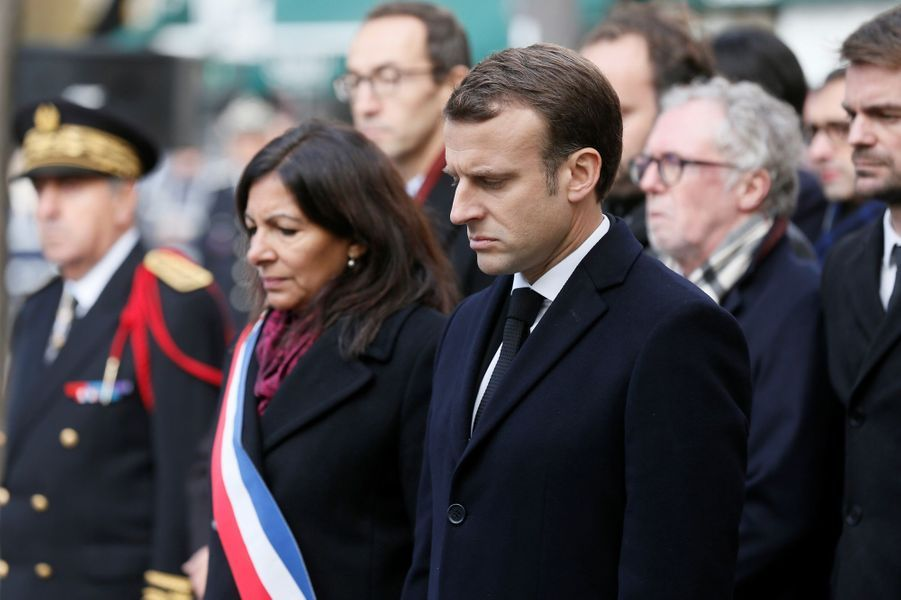 Emmanuel Macron et Anne Hidalgo durant l'hommage devant Le Comptoir Voltaire.