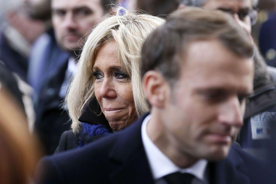 Emmanuel et Brigitte Macron présentent leurs condoléances aux proches des victimes lors de la cérémonie devant Le Bataclan.