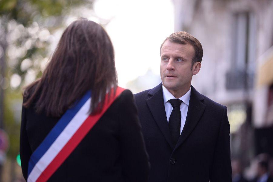 Emmanuel Macron et Anne Hidalgo lors de la cérémonie devant Le Bataclan.