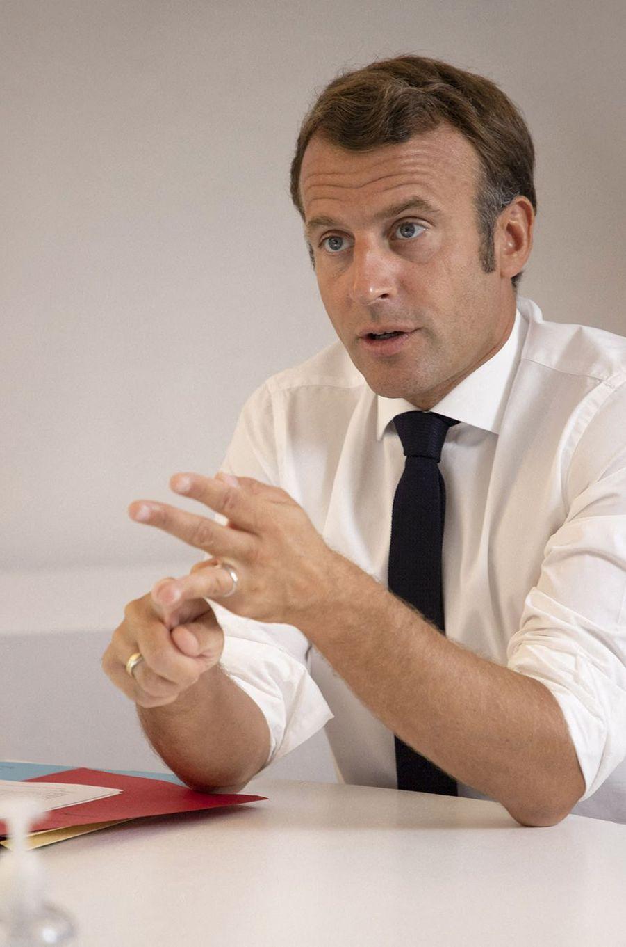 Emmanuel Macronlors d'un conseil de défense au sujet de l'épidémie de coronavirus en visioconférence depuis le Fort de Brégançon le 11 août 2020