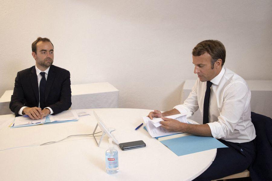 Emmanuel Macron (avec Jean-Philippe Rolland,chef d'état-major particulier du président de la République, et Sébastien Lecornu, ministredes Outre-Mer)lors d'un conseil de défense au sujet de l'épidémie de coronavirus en visioconférence depuis le Fort de Brégançon le 11 août 2020