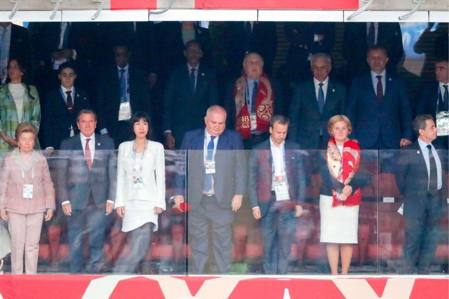 A droite, Nicolas Sarkozy. A gauche (costume gris), Gerhard Schröder.