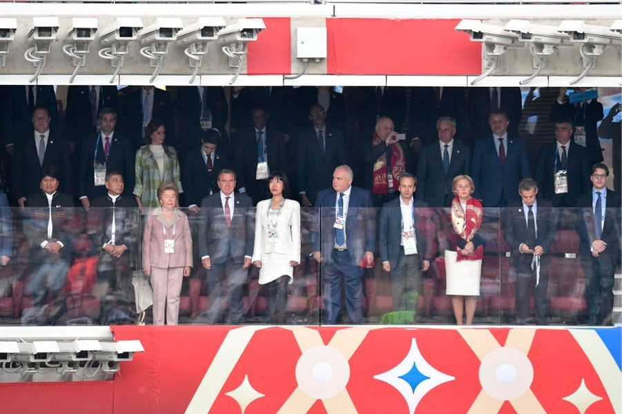 A droite, Nicolas et Jean Sarkozy. A gauche, Evo Morales. Au centre (costume gris), Gerhard Schröder.