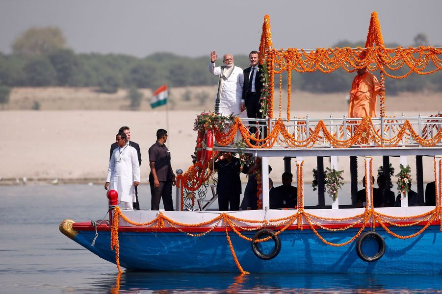 Emmanuel Macron et Narendra Modi sur le Gange, lundi.