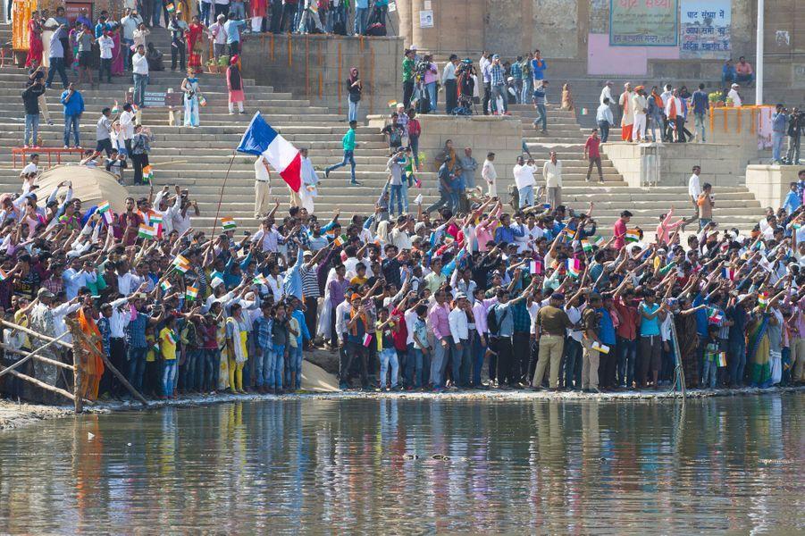 Foule massée pour la visite d'Emmanuel Macron à Bénarès, en Inde, lundi.