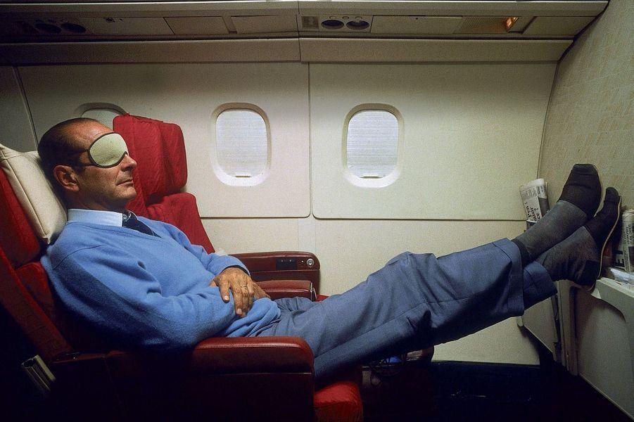 Concorde, 18 septembre 1987.Jacques Chirac, le «bulldozer», s'accorde une sieste avec masque et pantoufles en route vers la Nouvelle-Calédonie.
