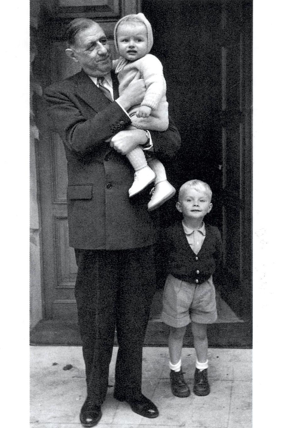 La Boisserie, années 1950.Le général de Gaulle et ses deux petits-fils, Yves (dans ses bras) et Charles.