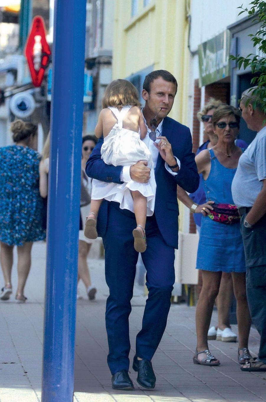 Le Touquet, 27 août 2016.Emmanuel Macron avec Emma,la fille de Laurence Auzière-Jourdan, l'une des filles de Brigitte.
