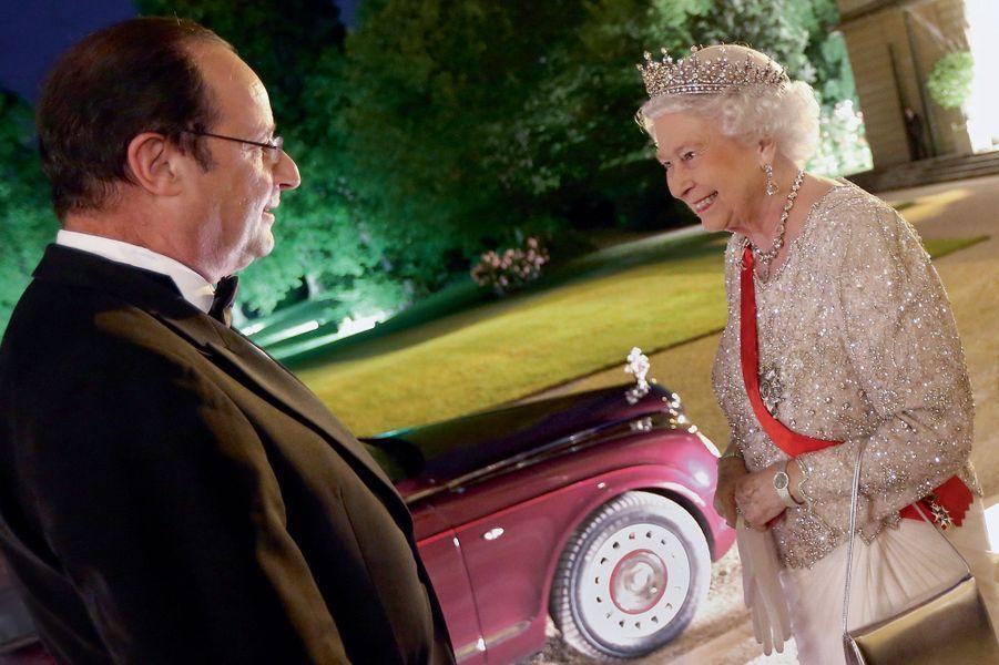Elysée, 6 juin 2014.Après un dîner d'Etat à l'occasiondes 70 ans du Débarquement, François Hollande raccompagne Elizabeth II à sa Bentley.
