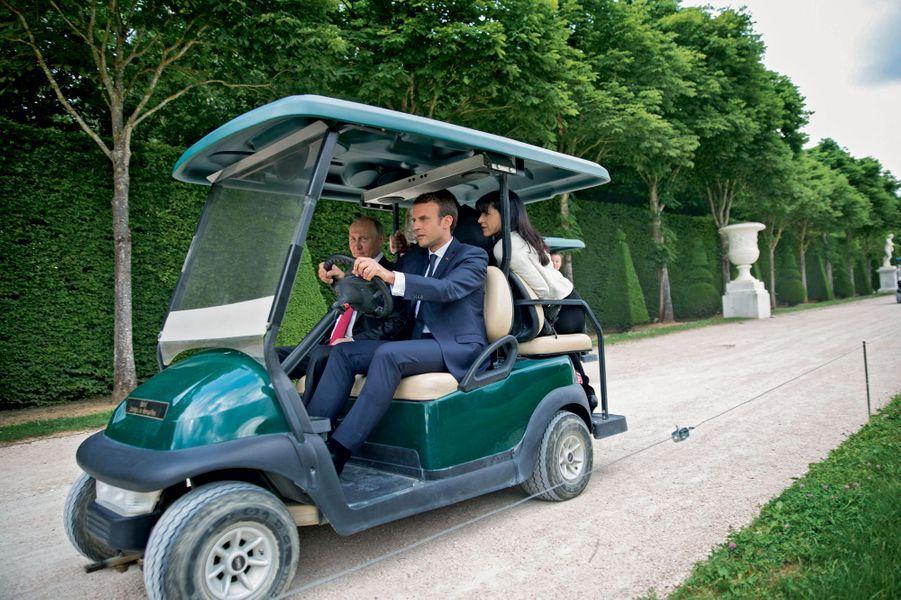 Versailles, 29 mai 2017 Suivez le guide... Emmanuel Macron emmèneVladimir Poutine visiter l'exposition consacrée à Pierre le Grand.