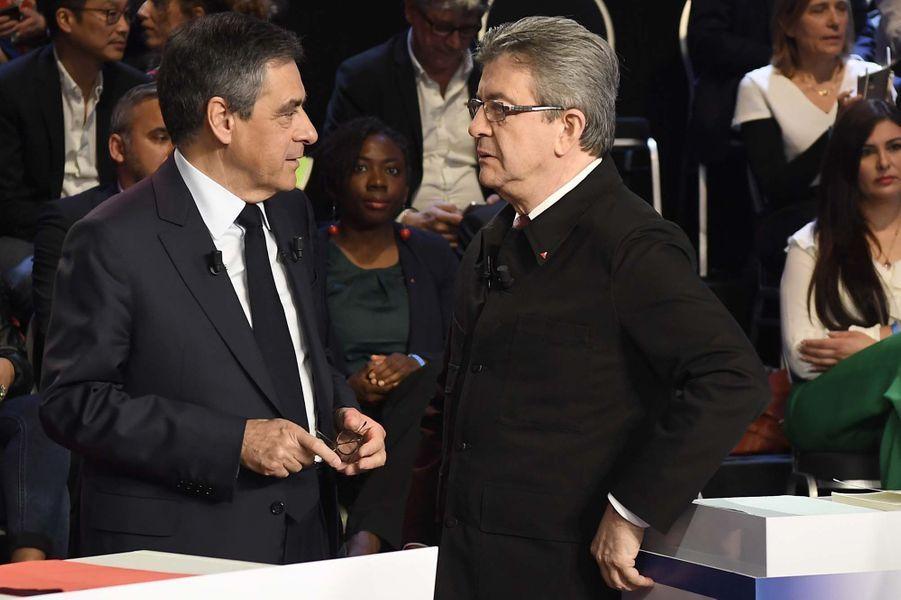 François Fillon discute avec Jean-Luc Mélenchon.