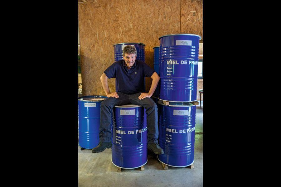 Avant il campait sur ses positions, maintenant c'est sur des fûts de 300 kilos de miel. Après l'apiculture, Arnaud Montebourg compte aussi relancer la production d'amandes en France.