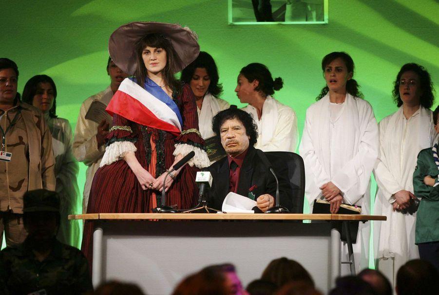 Mouammar Kadhafi le 12 décembre 2007, venu au Pavillon Gabriel débattre de «la situation des femmes dans le monde». A ses côtés, raconte «Le Monde» à l'époque, une jeune Vendéenne de 18 ans, en costume de reine. «Le colonel adore Louis XIV», explique l'organisatrice de l'événement au quotidien.