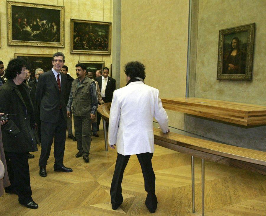 Mouammar Kadhafi admire «La Joconde» au musée du Louvre, le 13 décembre 2007.