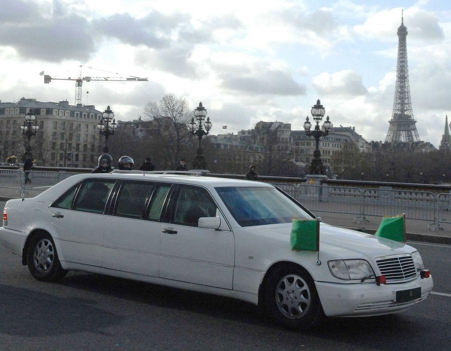 La limousine de Mouammar Kadhafi transporte le dictateur vers l'Assemblée nationale, où il doit être reçu, le 11 décembre.