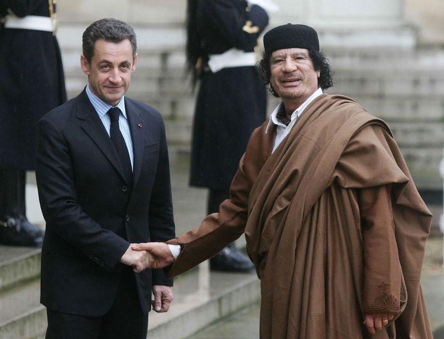 Nicolas Sarkozy accueille Mouammar Kadhafi à l'Elysée, le 10 décembre 2017.