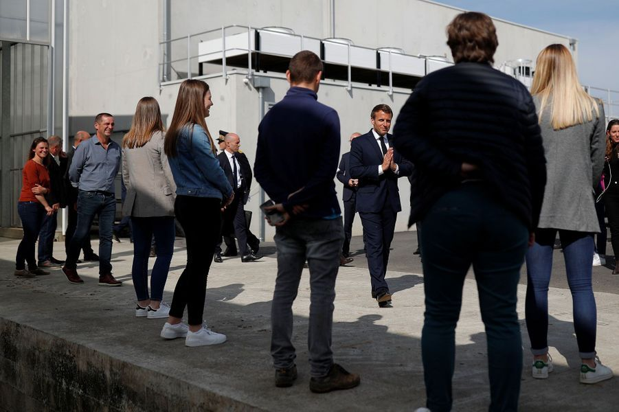 Emmannuel Macron visite mercredi le Groupement Agricole d'Exploitation en Commun (GAEC) de Roué, dans la commune de Cléder./ POOL / AFP