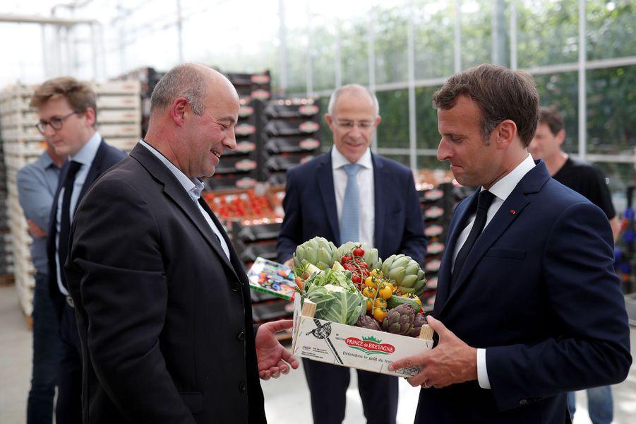 Emmannuel Macron visite mercredi le Groupement Agricole d'Exploitation en Commun (GAEC) de Roué, dans la commune de Cléder.