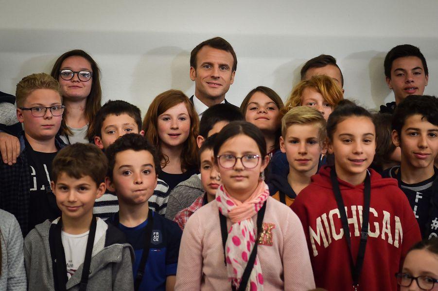 """Interrogé sur le mouvement des """"gilets jaunes"""" jeudi lors d'un échange avec des enfants à Beaupréau-en-Mauges (Maine-et-Loire), le président de la République Emmanuel Macron a distingué deux phases dans le mouvement des gilets jaunes."""