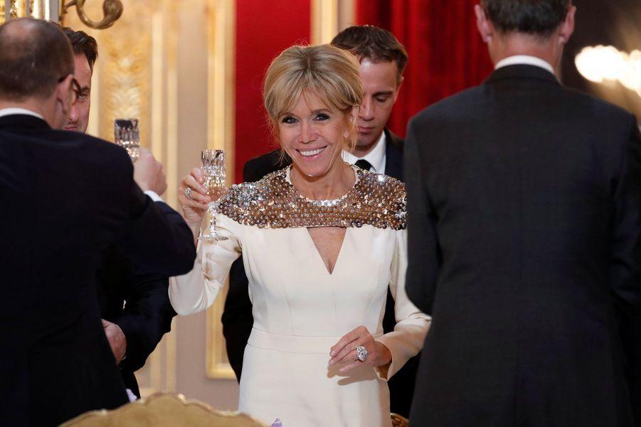 Brigitte Macron porte un toast lors du dîner d'Etat, lundi soir.