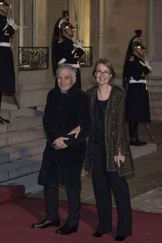 La ministre de la Culture, Françoise Nyssen, et un invité, lundi soir à l'Elysée.
