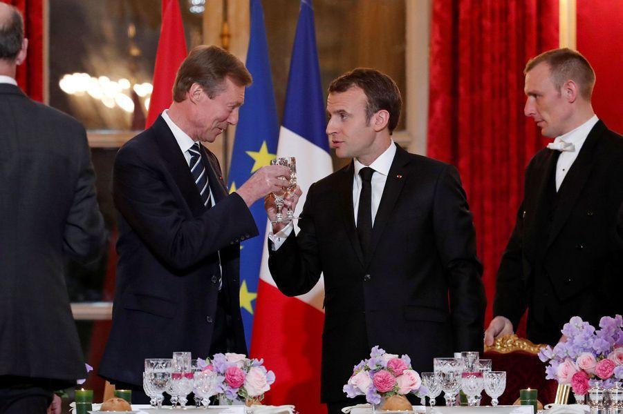 Le Grand-Duc Henri de Luxembourg et Emmanuel Macron portent un toast, lundi soir.