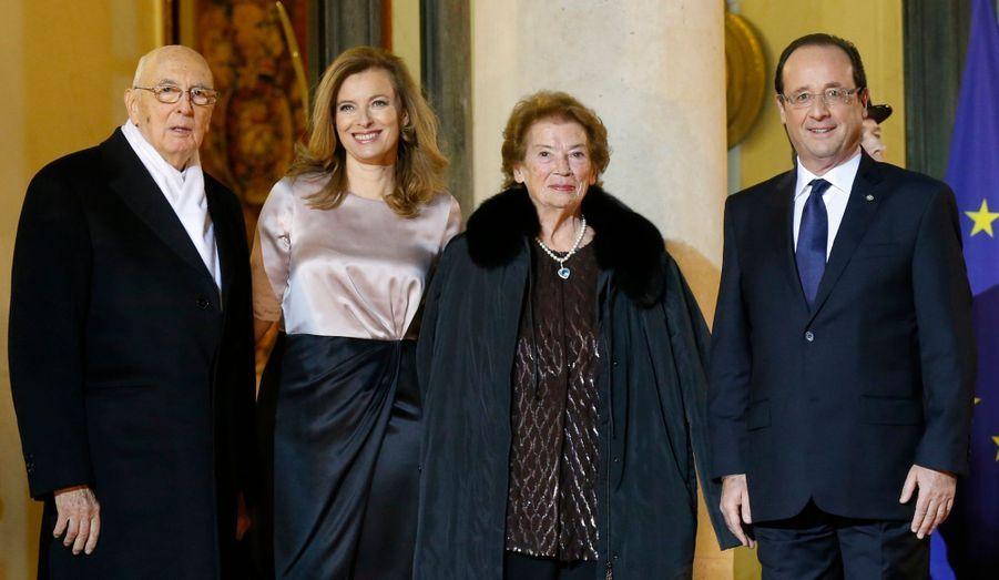 A l'occasion de la venue du président italien Giorgio Napolitano en France, l'Elysée était mercredi soir à l'heure transalpine. Ministres et personnalités italiennes ont fait le déplacement afin d'assister au diner de gala donné au palais présidentiel. Retour en images sur cet événement diplomatico-gastronomique. Le chef de l'Etat italien était accompagné de son épouse Clio, et François Hollande de sa compagne Valérie Trierweiler.