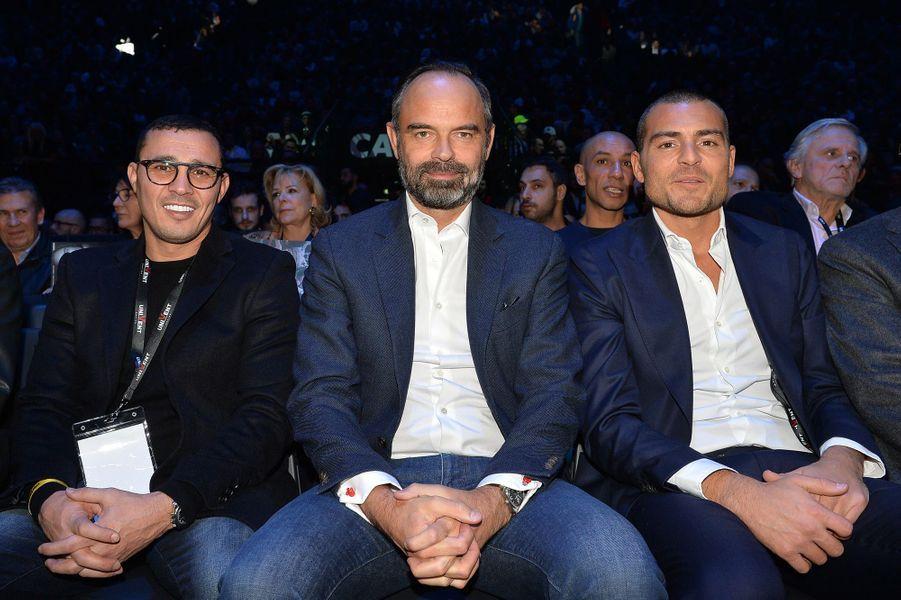 Edouard Philippe assis entre Brahim Asloum (à gauche) etSébastien Acariès.