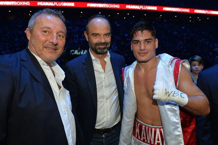"""Le chef du gouvernement pose avec le boxeurLouis """" Kaway"""" Toutin."""