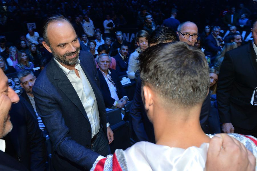 """Edouard Philippe vendredi soir lors duchampionnat du monde WBA des lourds-légers, saluant le boxeurLouis """" Kaway"""" Toutin."""