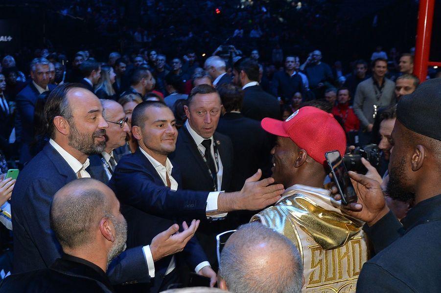 Edouard Philippe etSébastien Acariès avec le boxeurMichel Soro (de profil avec la casquette rouge).