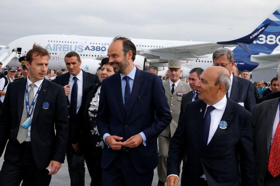 Edouard Philippe au Bourget aux côtés d'Eric Trappier patron deDassault Aviation et deGuillaume Faury (à gauche), à la tête d'Airbus Helicopters.