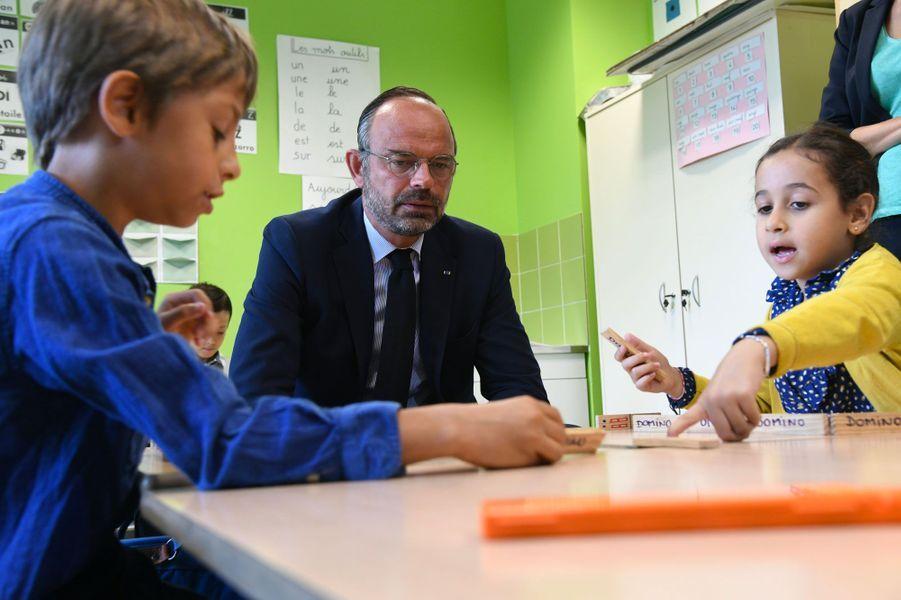 Edouard Philippe dans une école de Clichy, lundi.