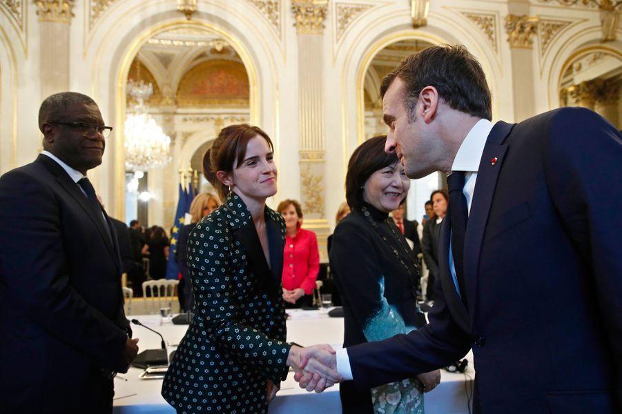 Poignée de main entre Emmanuel Macron et Emma Watson.