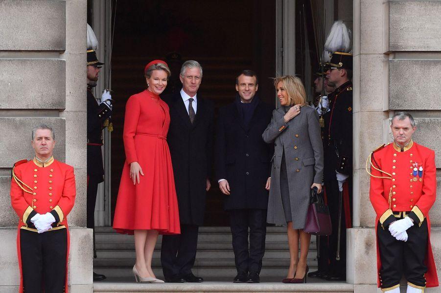 Emmanuel et Brigitte Macron accueillis à Bruxelles par le roi Philippe et la reine Mathilde.