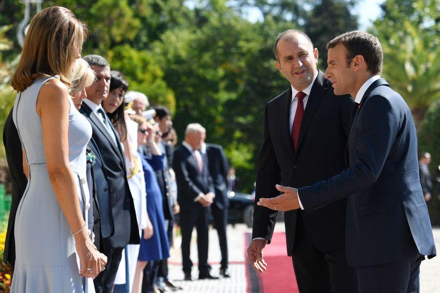 Emmanuel Macron et son épouse Brigitte sont accueillis parRouman Radev et sa femmeDesislava Radevaau Palais d'Euxinograd.