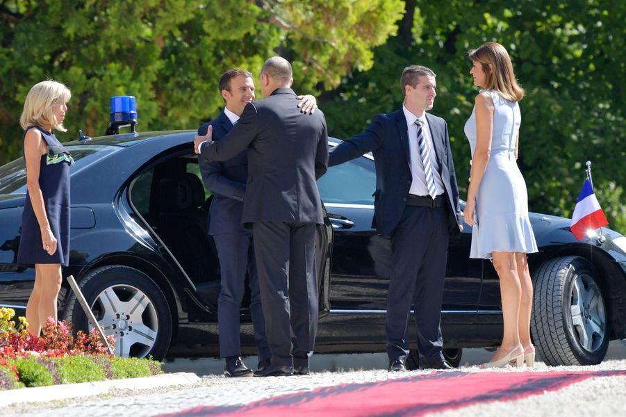 Emmanuel Macron et son épouse Brigitte sont accueillis parRouman Radev et sa femmeDesislava Radeva.