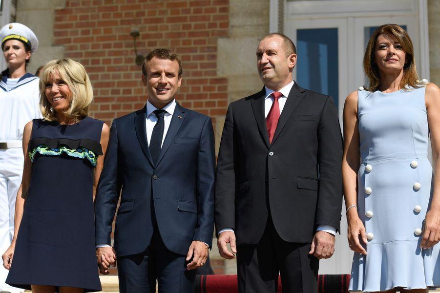 Emmanuel Macron et son épouse Brigitte sont accueillis par Rouman Radev et sa femmeDesislava Radevaau Palais d'Euxinograd.