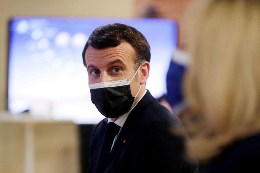 Emmanuel et Brigitte Macron dans les locaux du Cnes, jeudi soir.