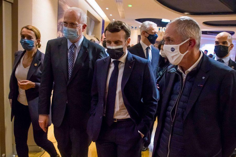 Emmanuel Macron quitte la retransmission, accompagné du président du Cnes Jean-Yves Le Gall (à g.) et du président du CNRS, Antoine Petit (à dr.).