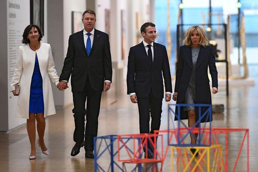 Emmanuel et Brigitte Macron visitent le Centre Pompidou avecle président roumain Klaus Werner Iohannis et son épouse Carmen Iohannis.