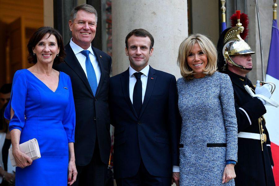 Klaus Werner Iohannis et son épouse Carmen en compagnie d'Emmanuel et Brigitte Macron à l'Elysée.