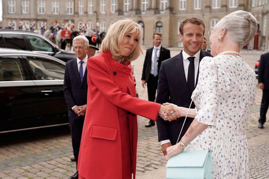Brigitte Macron reçue sur le perron du palais d'Amalienborg par la reine Margrethe II.