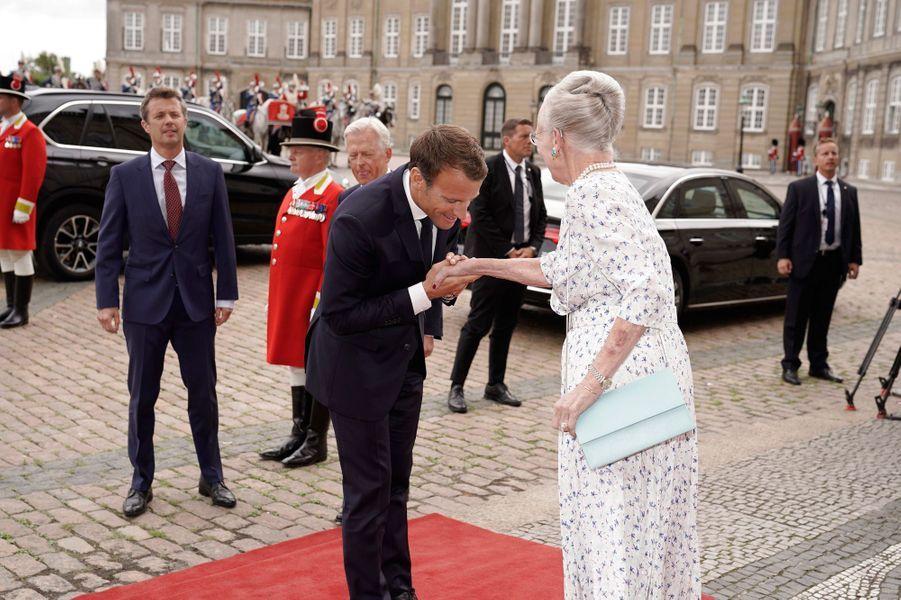 Emmanuel Macron reçu sur le perron du palais d'Amalienborg par la reine Margrethe II